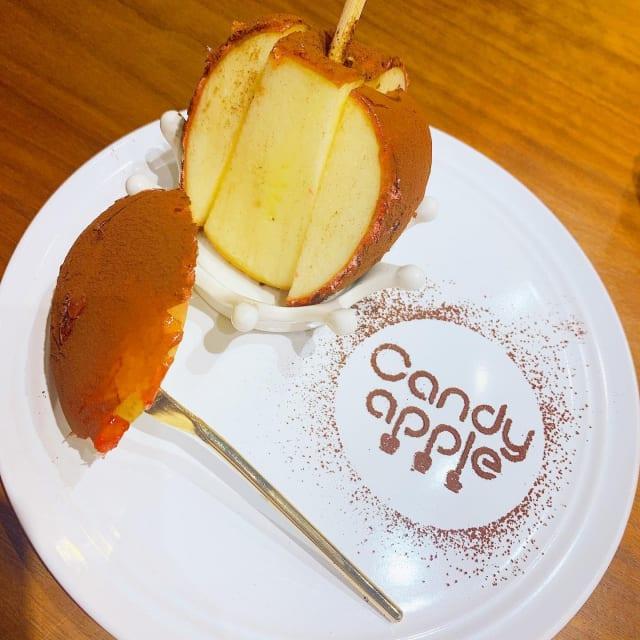 先月オープンしたりんご飴屋さんへ😘 . りんご飴といえば、縁日のイメージだったけど ここのりんご飴は全然違った😳😳😳💕 . そもそもりんごがめちゃめちゃ美味しい🥺❣️ . 店内は座席が少なめだけど、 お持ち帰りや食べ歩きもあるから重宝😚 . #りんご飴#りんご飴専門店#キャンディアップル#ココア#代官山#代官山カフェ#美味#おいしい#週末#カフェ#東京カフェ#いいね返し#東カレ倶楽部#はたらくmuse#candyapple#apple#yummy#daikanyama#cafe#newopen#tokyo#weekend#l4l