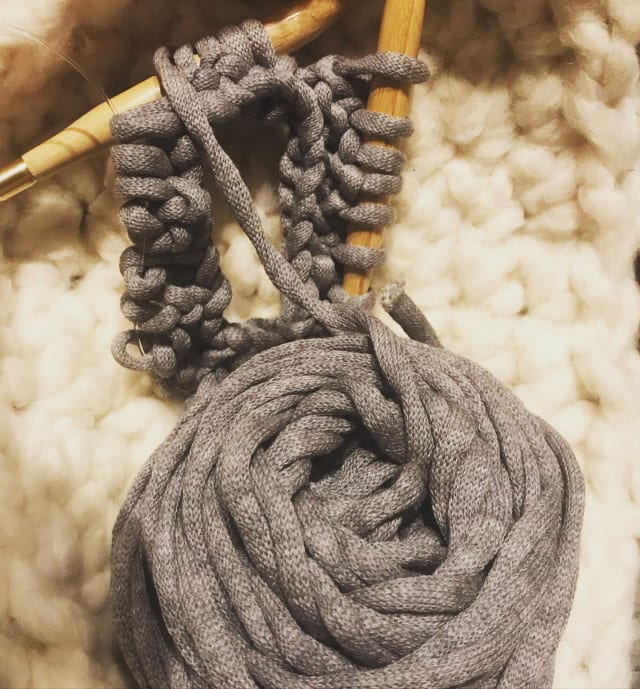 おうち時間は棒編みの練習をちょこちょこと🌟 なかなか理解するのは時間がかかるけど、毎日0から編み直して練習🧶少しずつ進んできた気がします♡まずはきれいな目で説明書どおりに編めるようになるといいな☺︎ #knittingbird #あのね #毛羽立たないのが嬉しい #棒編み勉強中 #handmade  #ニット帽 #冬までに完成させたい #巣篭もり #おうち時間 #はたらくmuse